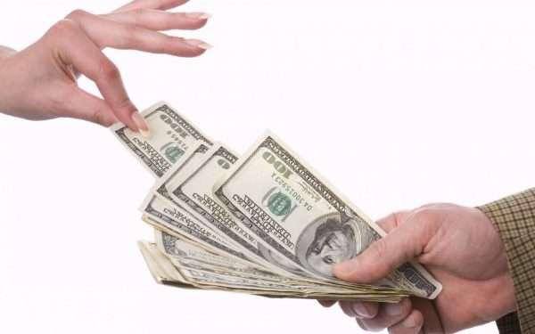 Пачка денег, из которой вытягивается одна купюра