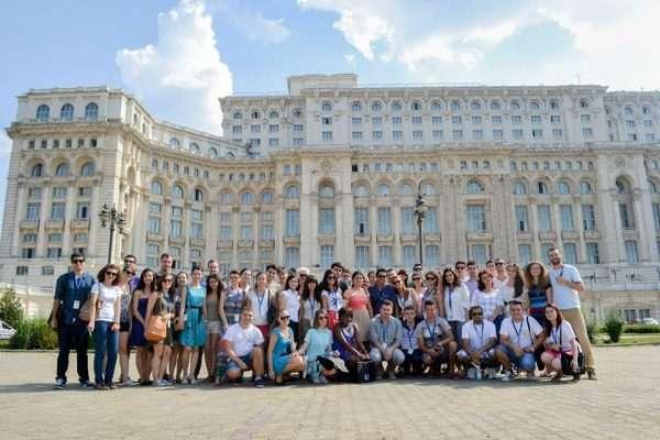 Групповое фото на фоне университета в Бухаресте