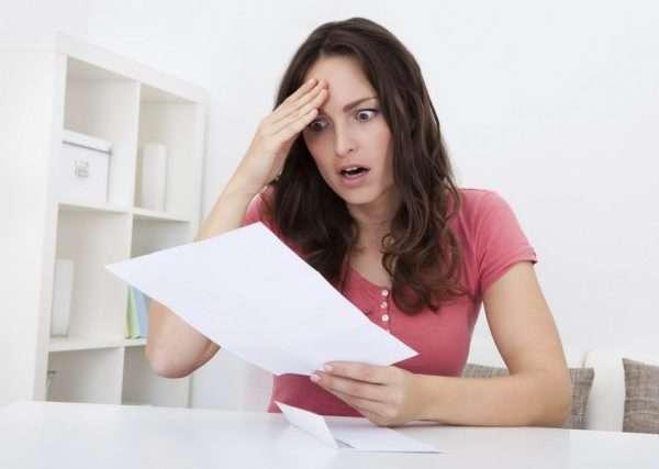 Удивлённая девушка с листом бумаги