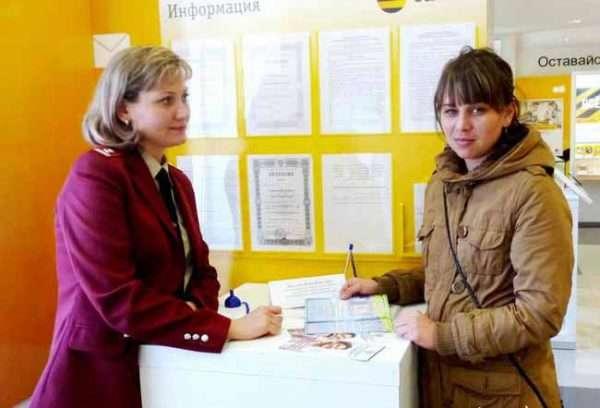 Две женщины: сотрудница Роспотребнадзора и посетительница, читающая информационный буклет