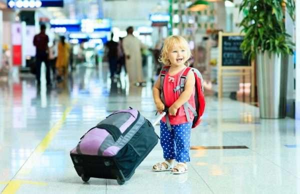 Ребёнок с чемоданом в аэропорту