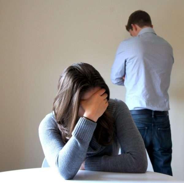 Мужчина и женщина находятся спиной друг к другу