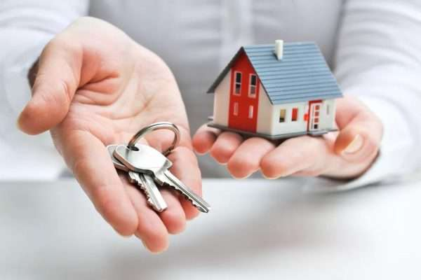 Ладони с домиком и ключами