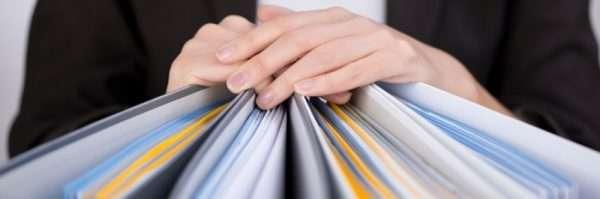 Руки на папках с документами