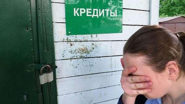 Растроенная девушка перед закрытой дверью