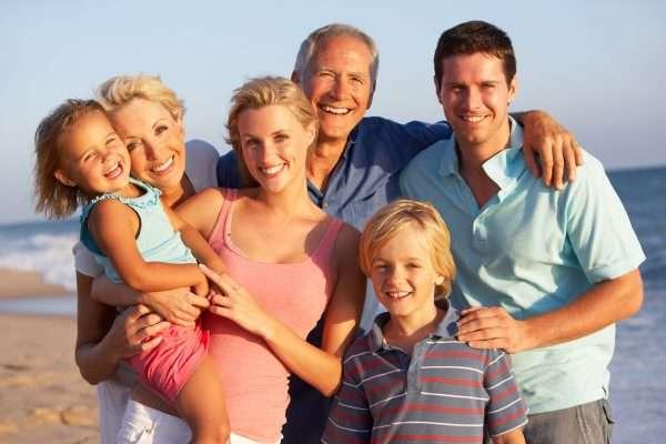Семья на фоне моря