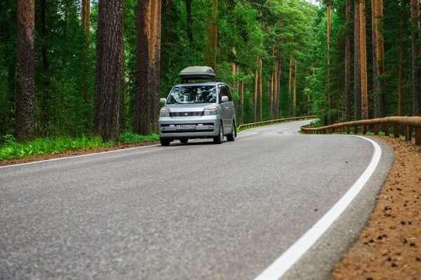 Автомобиль на трассе в лесу