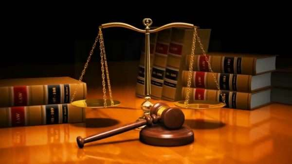 Правовая литература, весы и судейский молоток