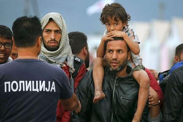 Мигранты в Европе и полицейский