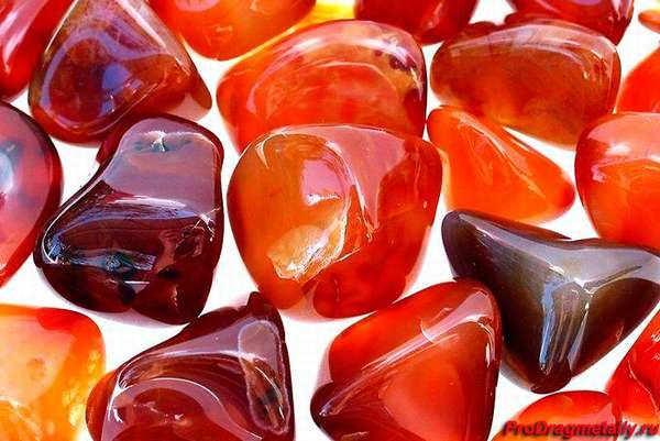 Гладкие камни сердолика разной формы и цвета
