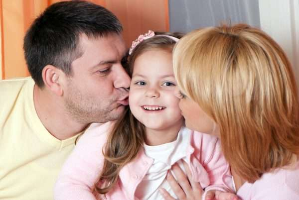 Девочка с родителями