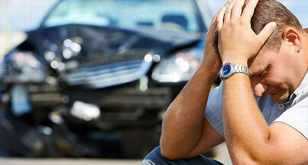 Мужчина у разбитого авто