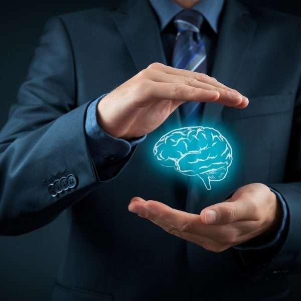 Руки мужчины и человеческий мозг