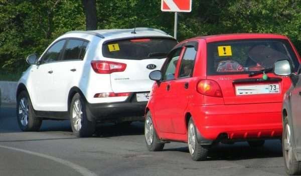Знак «Начинающий водитель» на заднем стекле автомобилей
