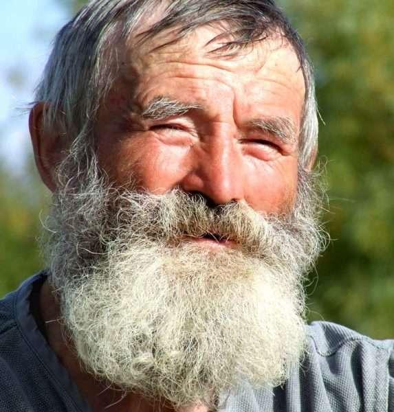 Пожилой мужчина с седой бородой
