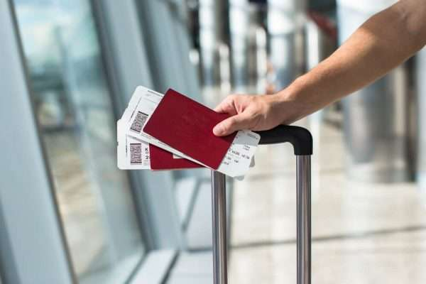 Авиабилеты и загранпаспорта в руке