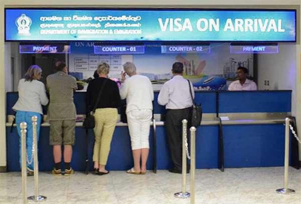 Люди у стойки Visa on arrival