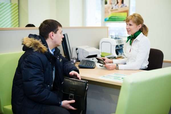 Мужчина сидит в отделении банка