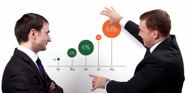 Мужчины обсуждают график