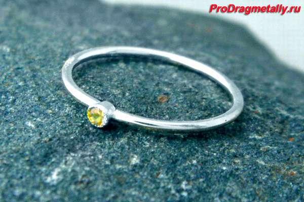 Кольцо из белого золота с желтым сапфиром