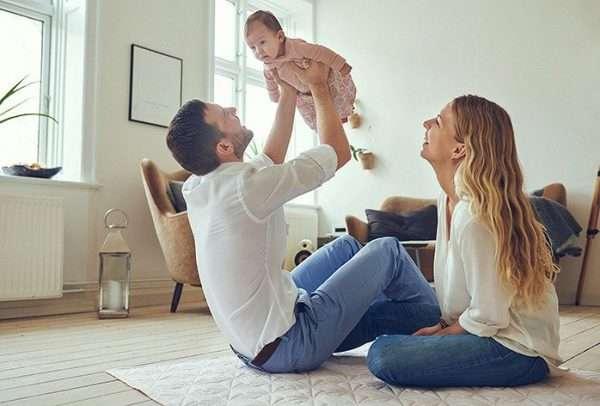 Молодая семья с ребёнком