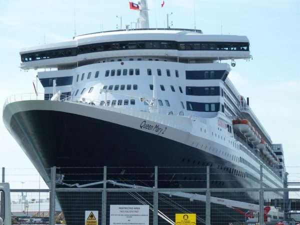 Пассажирский лайнер возле причала