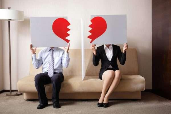 Мужчина и женщина держат в руках разбитое сердце