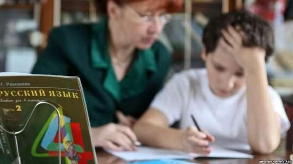 Репетитор занимается со школьником русским языком