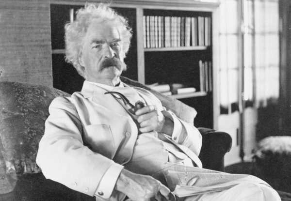 Марк Твен сидит в кресле