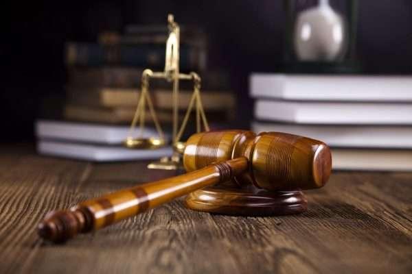 Судейский молоток и весы правосудия