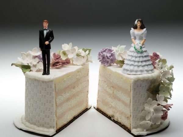 Жених и невеста на разных кусках поделенного свадебного торта