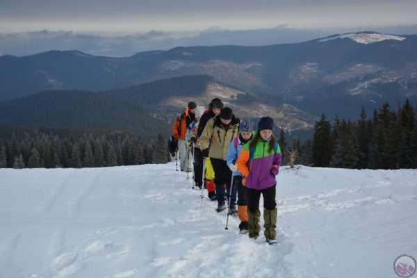 Групповой поход на лыжах в горах
