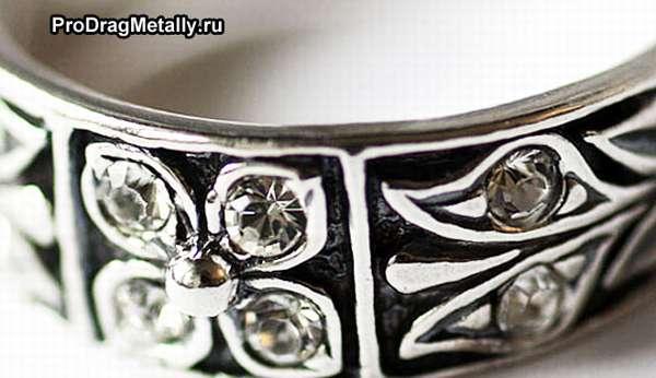 Кольцо серебряное черненое с камнями