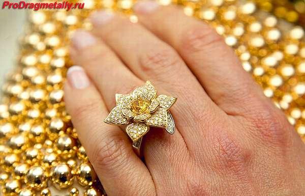Золотое кольцо в форме цветка