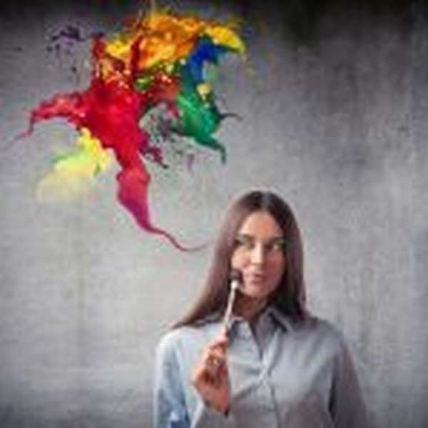 Девушка с кистью у щеки, разноцветная палитра