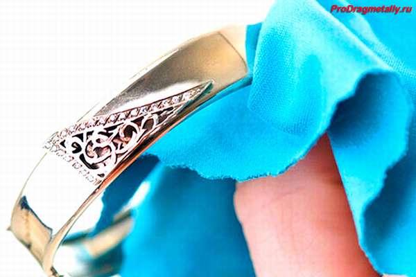 Протирание кольца из белого золота