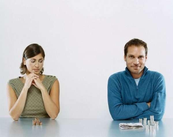 Мужчина и женщина за столом