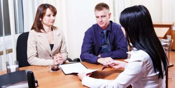 Клиенты разговаривают с кредитным специалистом