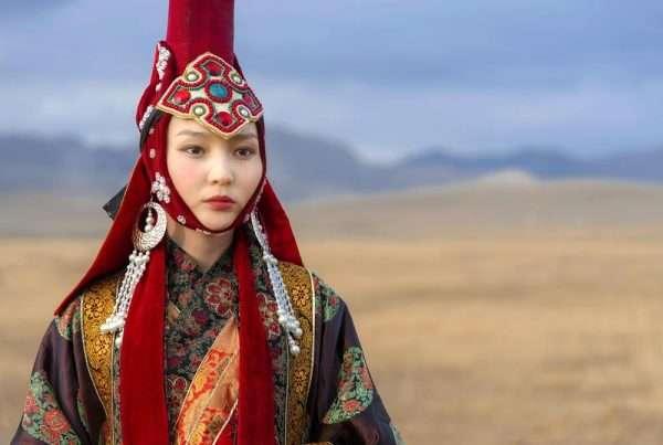 Женщина в национальной монгольской одежде