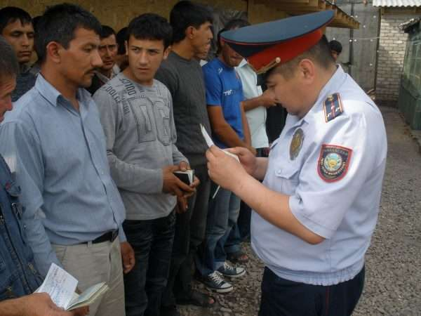 Проверка документов миграционной полицией Казахстана