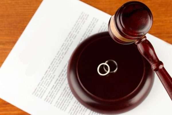 Решение о разводе и обручальные кольца