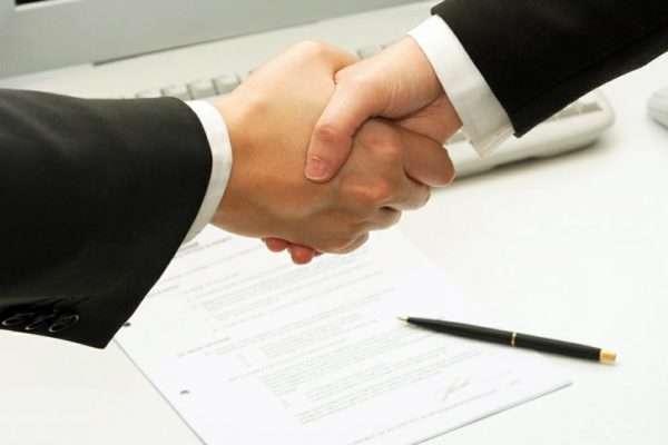 Рукопожатие на фоне бумаг