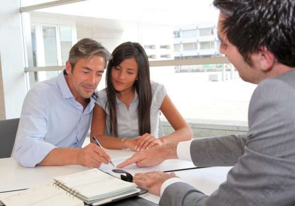 Семейная пара подписывает брачный договор у нотариуса