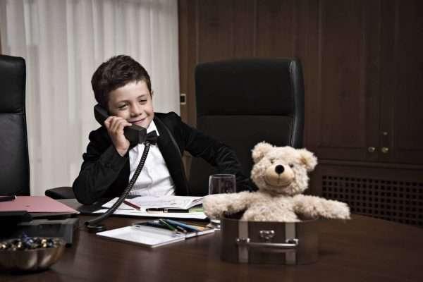ребенок звонит по телефону