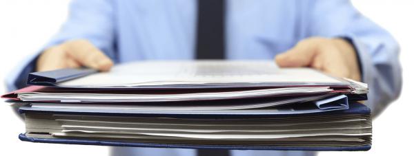Папка с документами в руках