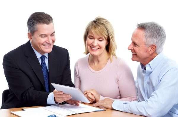 Три человека с бумагами за столом