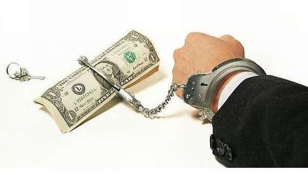рука в наручниках и доллары