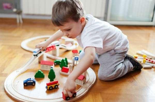 Ребёнок играет на полу