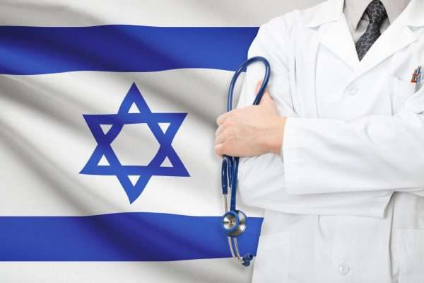 Врач на фоне израильского флага