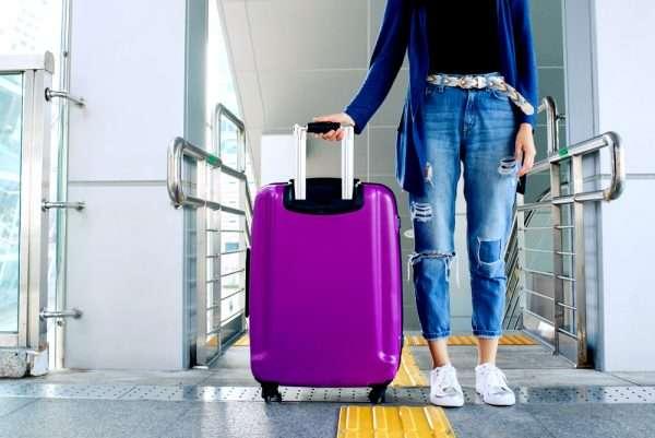 Человек с чемоданом у эскалатора